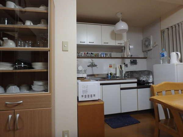 京の宿西大路 台所です。冷蔵庫・電子レンジ・トースター・炊飯器・調味料・食器棚等