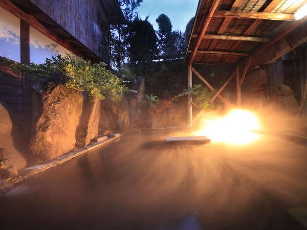 夜の露天で流れる温泉の音をお楽しみ♪湯船の真ん中の岩でお酒を一献