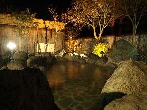 姉妹施設いずみの湯露天風呂(夜の風景)