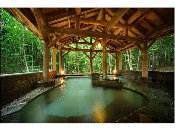 神秘的な雰囲気漂う森の中の露天風呂(きつね・たぬきの湯)