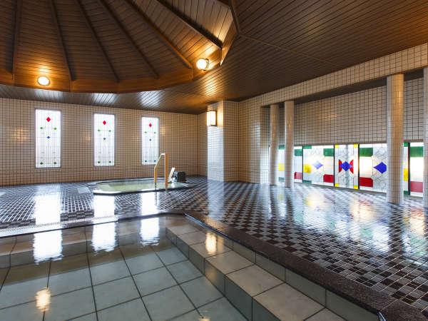 【大正ロマン風呂 夢乃湯】ステンドグラスとタイル、ウッド調の天井がどこか懐かしさを演出。