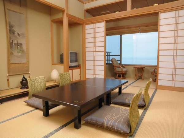 『汐路』の間/晴れた日には、遠くに佐渡ヶ島を望むことができます。10帖和室
