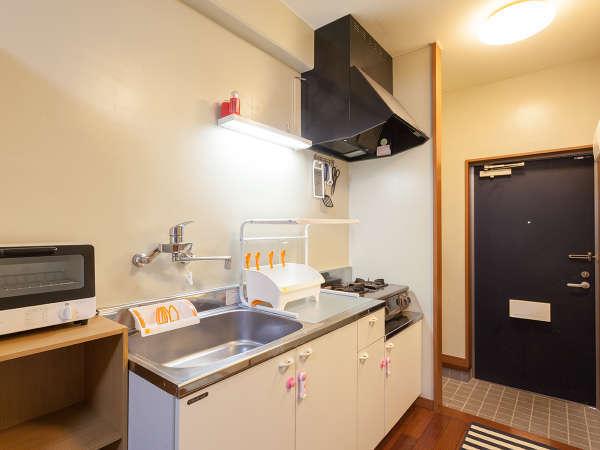 キッチン付のお部屋(限定2室)には洗濯機もご用意しております。マイペースな滞在をお楽しみ下さい