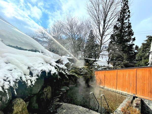 【女性側 露天大岩風呂】冬には雪見露天を楽しむことが出来ます。