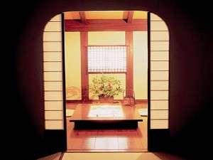 囲炉裏の次の間付きで寛げる空間 新館客室(一例)
