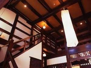 食事処とフロントは百二十年前の古民家を移築再生した建物となります。