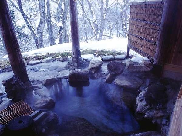 雪見を楽しむ冬の貸切露天風呂