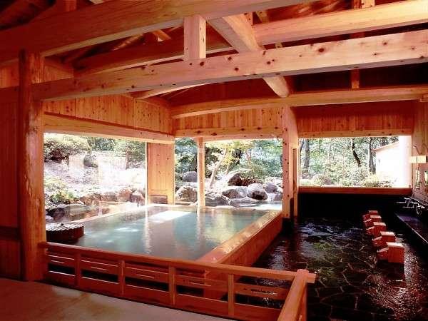 木曽の五木が薫る開放的な湯殿造りの湯屋 森の中の露天風呂へそのまま続いております。