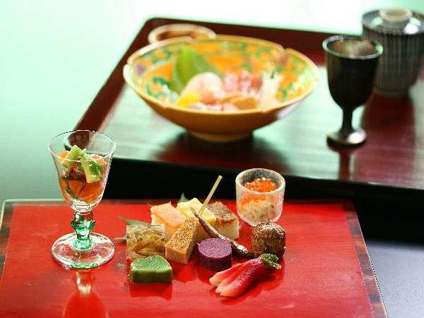 一膳ずつ順番に出される簡易会席となりますが、温かいものは暖かいうちに 頃合いをみて提供いたします。