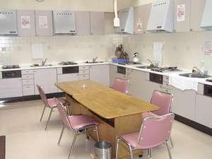 自炊コーナー。電子レンジ、炊飯器、鍋、フライパン完備。調味料、箸、皿は持参してください。