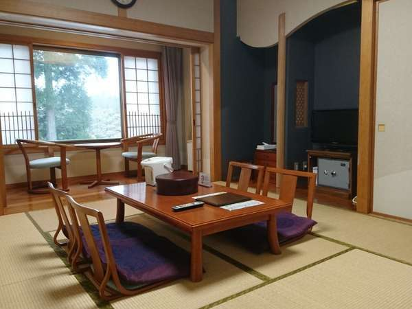 宿泊棟和室10畳間お部屋からは雑木林が見えます。