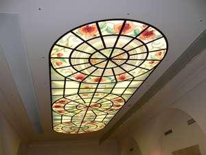 光天井のステンドグラス(レストランを見上げると...)