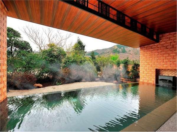 温泉露天風呂(寄木細工の意匠が特徴です)