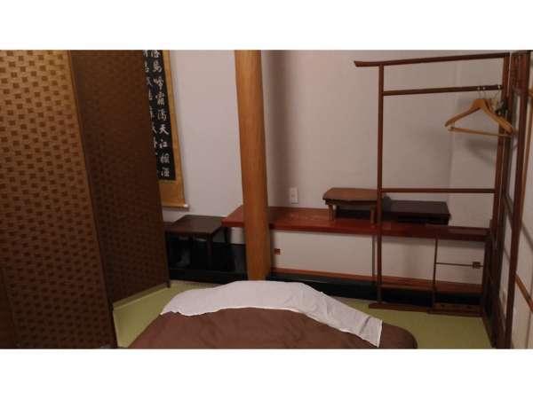 大部屋寝室1(ドミトリールーム)部屋はカーテンとパーテーションでプライベートを保ちます。