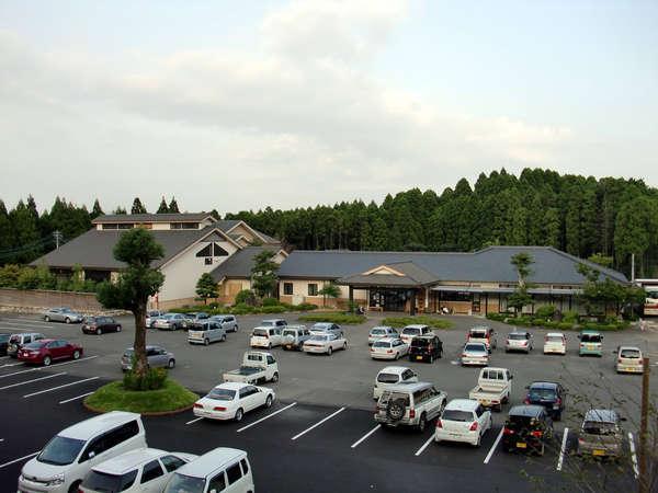 東京ドーム3つ分の敷地内に本館、離れ、宿泊者専用ひのき風呂、貸切風呂などございます。