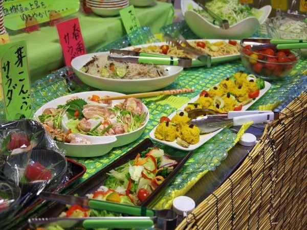 食事処『和(なごみ)』の晩ごはんバイキングの一例です。地どれの食材をふんだんに使用しています。