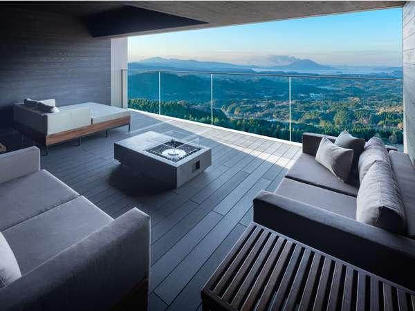 【ビューテラス】霧島高原に流れる自然の心地よい風を感じながら景色を楽しみ、お寛ぎいただけます。