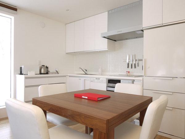 白を基調とした明るいキッチン