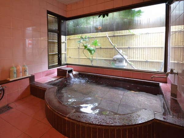 女性用のお風呂です。こぢんまりとした可愛いお風呂