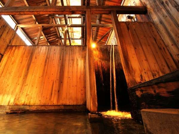 【本場米沢牛と3mの滝湯の宿 白布温泉 東屋】湯量豊富な天然自噴の名湯!本物の米沢牛と優しいおもてなしが自慢