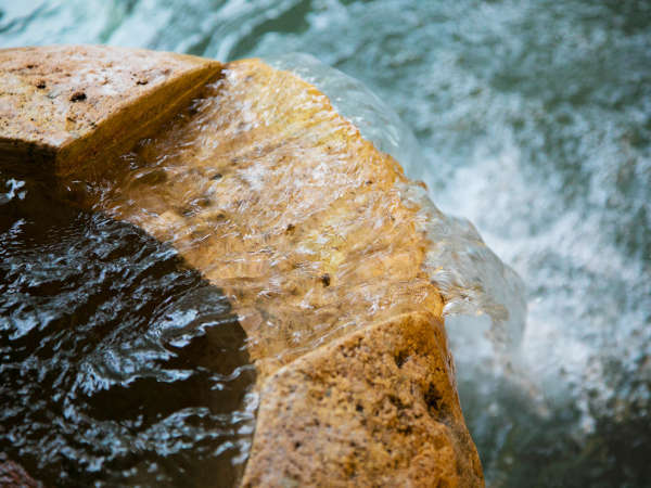 湯が湧き出る心地よい音を聴くと、日々の疲れも忘れてしまう