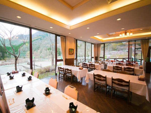 【レストラン】広々とした空間でゆっくりお食事♪朝食・夕食ともにこちらでお召し上がりいただけます
