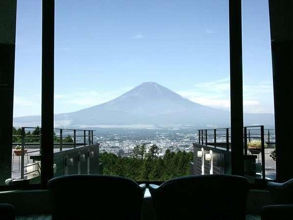 ロビーから富士の頂を望む。