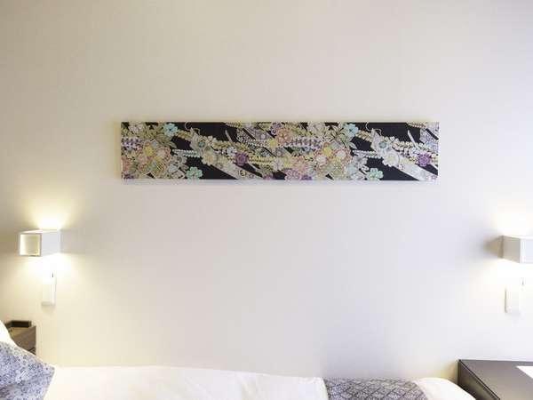 白地に黒と金を基調とした西陣織を使用。豪華だけれど、やさしさのあるお部屋です。