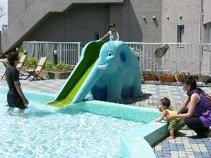 ぞうさん滑り台もある屋外幼児プール♪水深75cm(6m×8m)無料