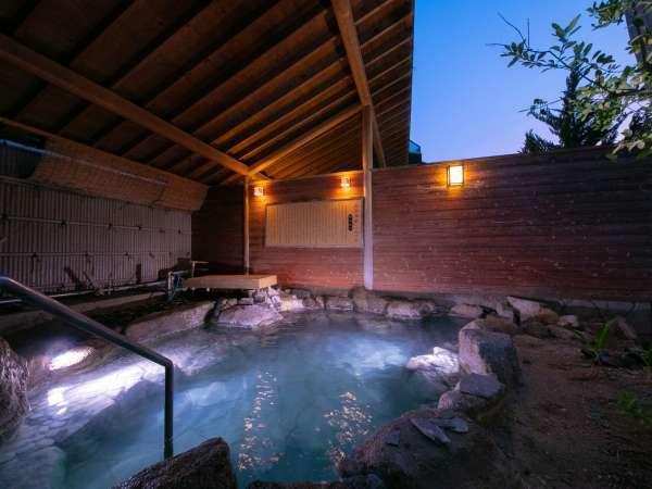 【大浴場・露天風呂】とても海に近い旅館ですので、海風がお客様にあたらぬよう設計を工夫しました