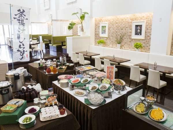 朝食バイキング 地元グルメの釜揚げしらす・富士宮焼きそばはもちろん、焼きたてパンも大好評♪