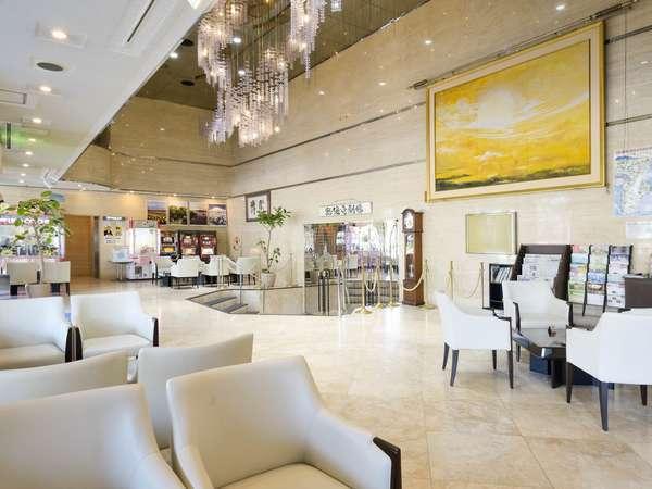 【エントランス・ロビー】天井の高い、大理石造りの開放的なロビーです。笑顔でお客様をお迎えいたします。