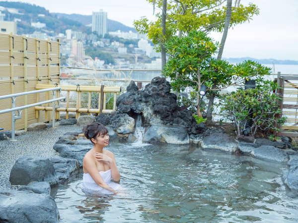 【展望露天風呂】眼前は活気のある熱海の街と熱海港を見下ろすことができる解放感のある露天風呂です。