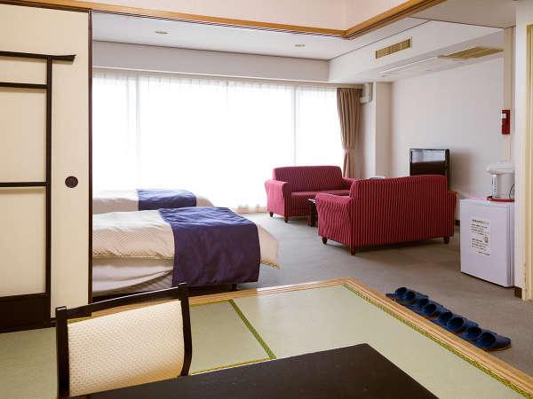 【和洋室 44平米】ツインベッドの他に、ゆったり横になるのに丁度よい6畳次の間のあるお部屋です。