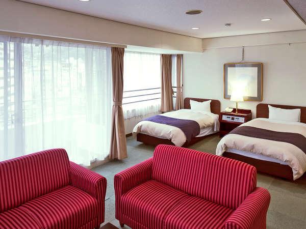 【和洋室 44平米】広いリビングスペースには二人がけソファも2つご用意。思い思いにお寛ぎ頂けます。
