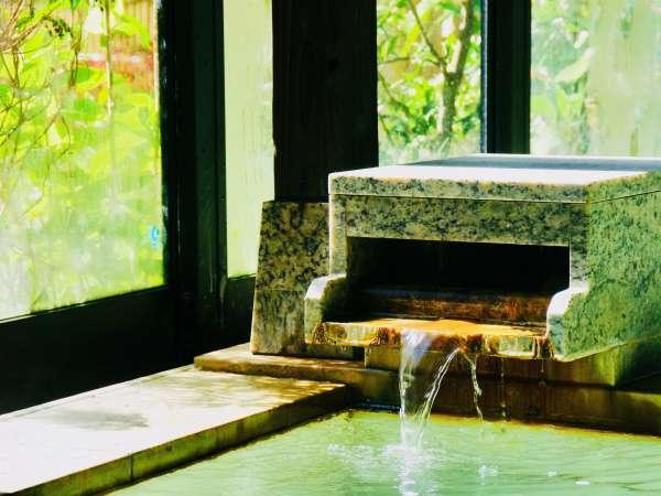 温泉注ぎ口               (異なる2種類の自家源泉が自慢)