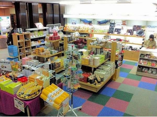 小さな売り場なのに、お土産の種類が豊富!営業時間 8:00~20:00