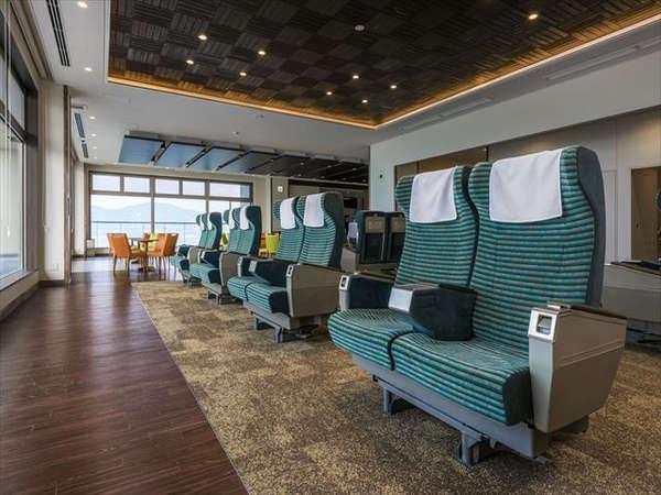 ロビーには新幹線のグリーン車座席が16席あり、ゆったりと座りながら、海を眺めることができます