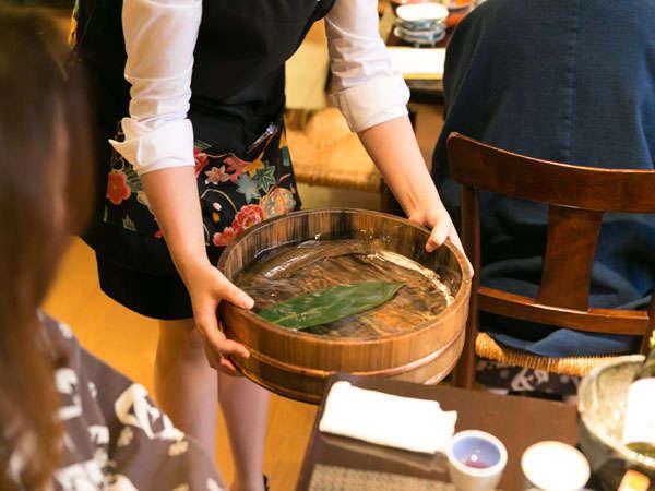 活イワナを刺身と塩焼き料理で(夏は鮎になります)