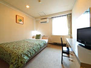 広いベッドが好評シングルルーム