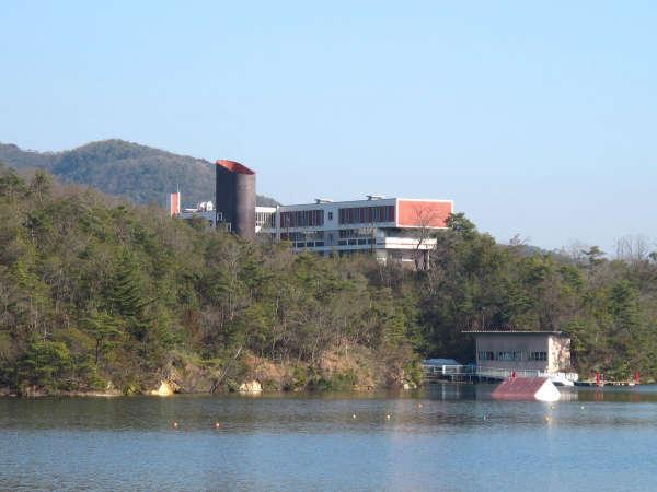 【外観】池から見た当館。沢山の緑に囲まれた落ち着いた立地です。