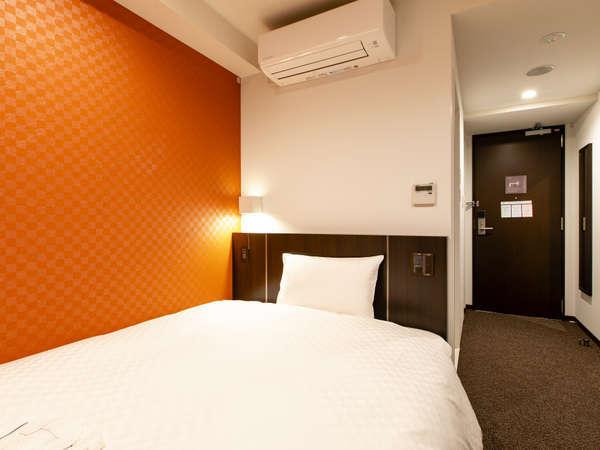 【客室】14平米・シングルルーム。140cm幅のベッドを設置。(一例)