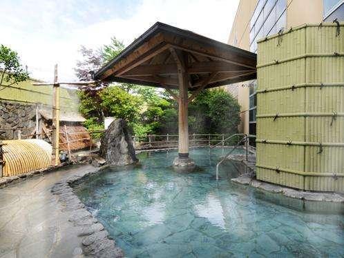 <霧の湯・和風>自然石を配した100%かけ流しの露天風呂。