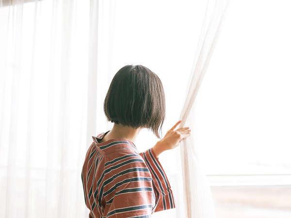 【客室】窓からは眼下に清流三隈川が流れ、遠くには耶馬、英彦山の山々が広がります。
