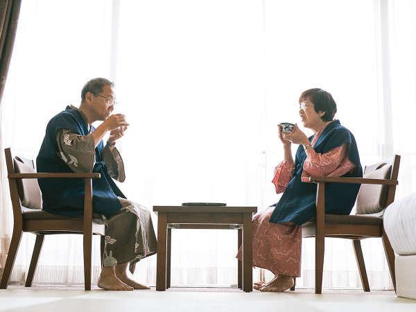 お部屋でお茶を愉しむ夫婦