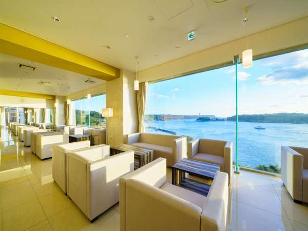 海に向かって面するカフェテリアでは平戸の海を眺めながら旅の感想を語らう場に