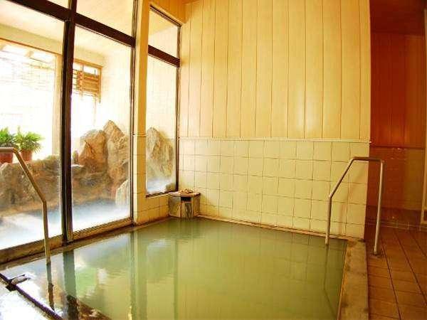 単純硫黄泉・不動の湯。日によって色が変わることも!?温めのお湯でゆっくりと。ミニ露天風呂併設。
