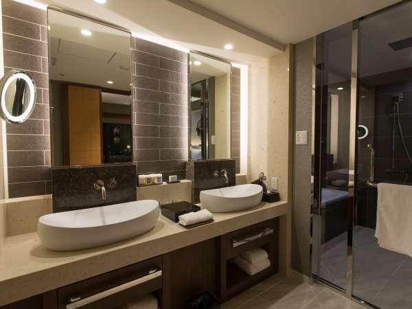 【リージェンシー スイート ツイン56㎡】バスルームには2台の洗面台をご用意。