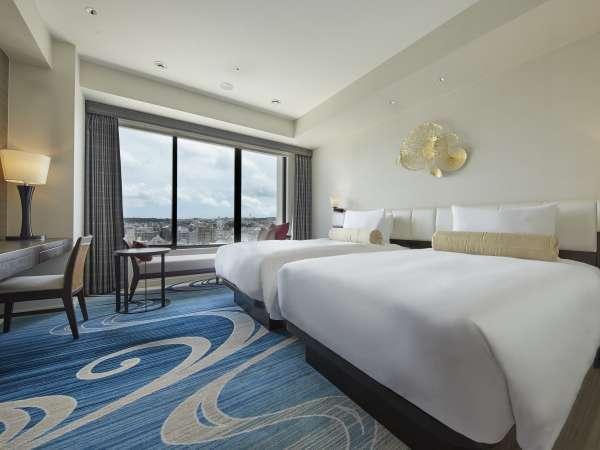 ツインルームでは機能的でありながら沖縄の広大な海と空をイメージした爽やかな空間をご用意しております。