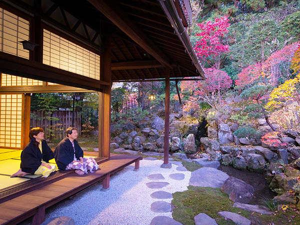 """名匠小堀遠州""""による『林泉式庭園』を眺む(上段の間は現在展示室となっています)"""